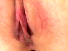 Pussypump loving solo babe uses dildo