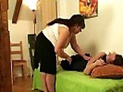 Debelušen mama pogoltne njegovega tiča, ko je njegova žena levo