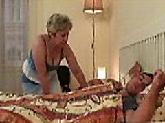 Scandalized dcéra nájde svoju starú mamu na koni svoje péro