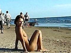 זו העשרה mom brazzan רצועות יחפות על חוף ציבורי