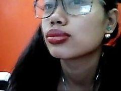 nerdy aasia suured läikivad huuled