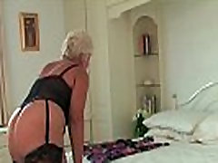 Briti waist narrow Sandie aastal sukad röövib tema augustatud clit