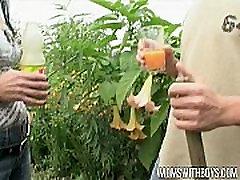 Europeiske mamma gjør henne ungdom gartner hennes kjønn jente leketøy