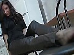 Ilus tumedate juustega naine nahast püksid ja hallid sukkpüksid 720ptease