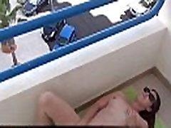 MILF francaise se masturbe sur le balcon pour les voyeurs