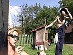 العجوز يرضي ابنه&039s gentle desirecom gf في الهواء الطلق