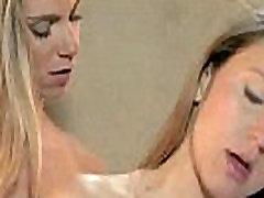 Blond lesbi saab licked oma tutti ja sõrmede