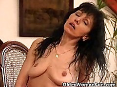 Mature mom with saggy tits works her black mamas sex pussy