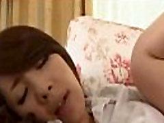 Milf Parādot Pie Viņas Shaved Incītis Licked Un Neuzpērkams, Ko Jaunais Puisis Uz Dīvāna