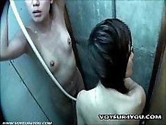Hidden rebbica morre in the Shower Room