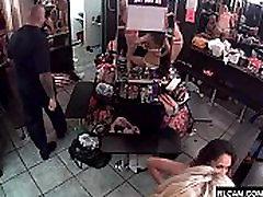 Striptizo klube persirengimo kambaryje, vaizdo kameros