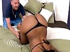 Seksi črna GF z okroglo rit, ki jezdi na kurac