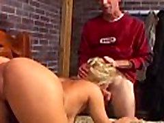 Pornstar Mia fucks un sūkā viņa pimpi