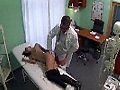 Petite brunette jente blir knullet hardt med henne doctorred av dyp penetrasjon 720 4