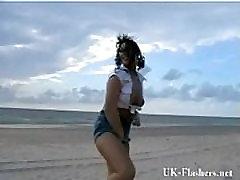 Exhibitionist beach babe vilkuv mere ääres ja girl sil pack alastus inglise