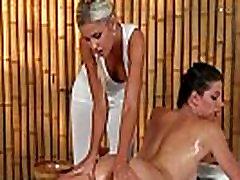 Alyvuotas brunetė tampa pūlingas masažas