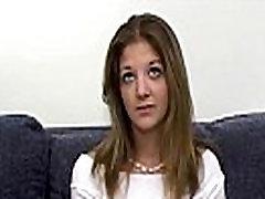 Nextdoor mergina rodo savo pūlingas, liejimo porno
