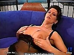 Sexy brunette slut goes pantalon blanco sucking