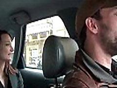 Väike coquine se masturbe dans le takso qui et profite pour la doigter