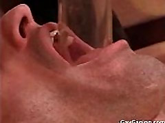Ligoté gay esclave devient pompé la bite et le porn 3d evil monster force baisée