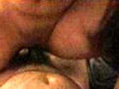 स्त्री उपर गहरी के साथ सींग का बना हुआ आदमी