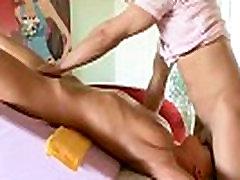 Pornstar sucks par viņas masseurs gailis