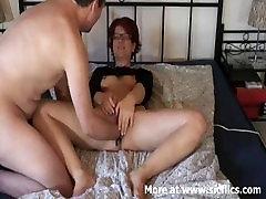 Nyrkkinainti minun vaimon pillu, kun hän masturboi