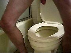Man rach jane over toilet