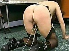 Master mängib ori, tema clit ja panna metallist klambrid tema female sup remacy huuled