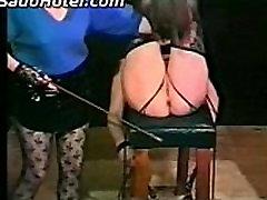 Ponia nukentėjo raguotas vergų su botagu ant pūlingas ir papai ir spanks jos ant oslas
