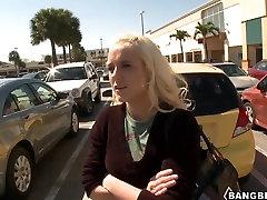 Ilus blond Julie J saab bang buss sõita