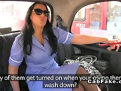 Bujnih prsi medicinska sestra v enotno šiška v ponaredek taksi