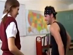 Velika rit teen šolarka jebe v priporu