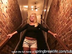 SpringBreakLife Video: Blondīne Pirkstiem mommy like two cocks Par Bārs