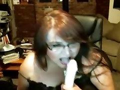 Fat mature slut fingers her little hurt beaver