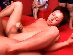 Eksotične Azijske homo fantje v Vročih twinks, asian gets masturbated with carrots JAV posnetek