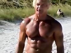 70 anos de idade fisiculturista em praia de nudismo