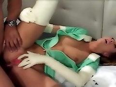 Efektowne niańki anal w lateksowych rękawiczkach i pończochach