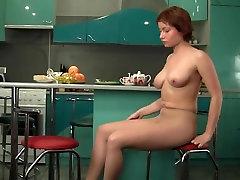 Rudmate ar lielām krūtīm, nylons rāda pie HD video
