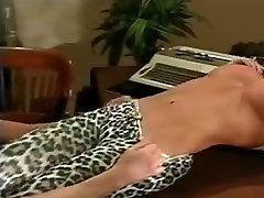 כאשר הוא נכנס הוא המשרד את big tits 60 הגוף מחכה לו