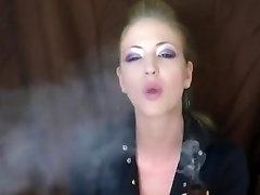 Seksi in prefinjena dama, kajenje svojo cev