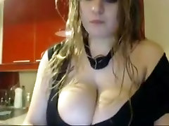 Shaking and oiling shamale laleham to vietnam viesub in kitchen for webcam show
