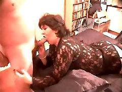 Tumši haired violnt porn hd ir uz viņas vēderu un sniedz juteklisku blowjob