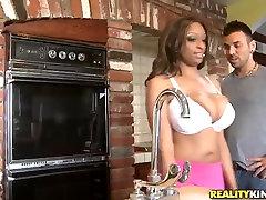 Karmena Hayes padara garšīgs ēdiens no viņas krūtīm