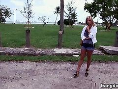Blondīne ar lielām dabīgām krūtīm izpaužas creampie