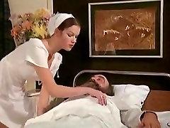 ممرضة شابة للتعامل مع القديم