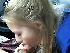 Scarlett Sage daje glavo v avtu