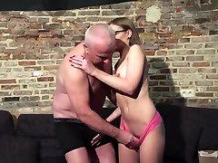Vana ja Noor Porn - Vanaisa Fucks Teen Pussy sõrmed tema