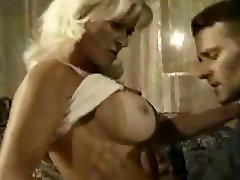 Kes on Küps porno bokep indonesia hellitab tema noor abikaasa?
