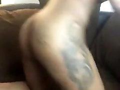 Ružna prostitutka s lišćem tetovaža na ejakulacija maca Попсовое